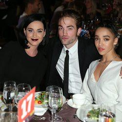 Katy Perry junto a Robert Pattinson y la cantante FKA twigs en la gala GO Campaign 2015