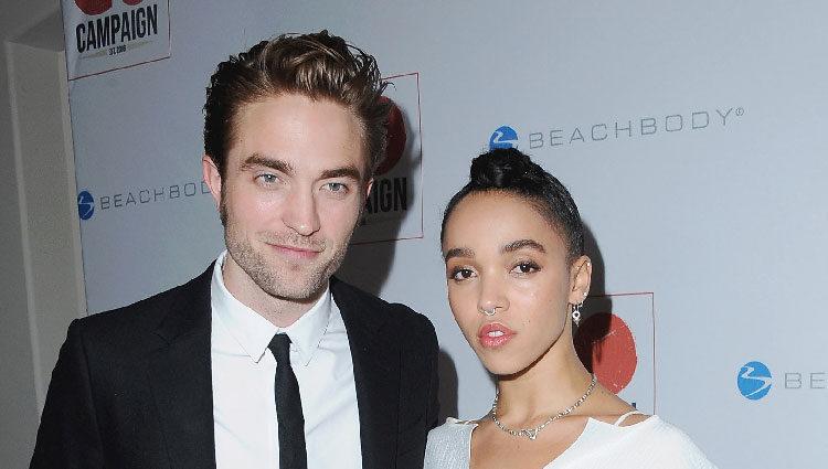 Robert Pattinson y su novia FKA twigs en la gala GO Campaign 2015