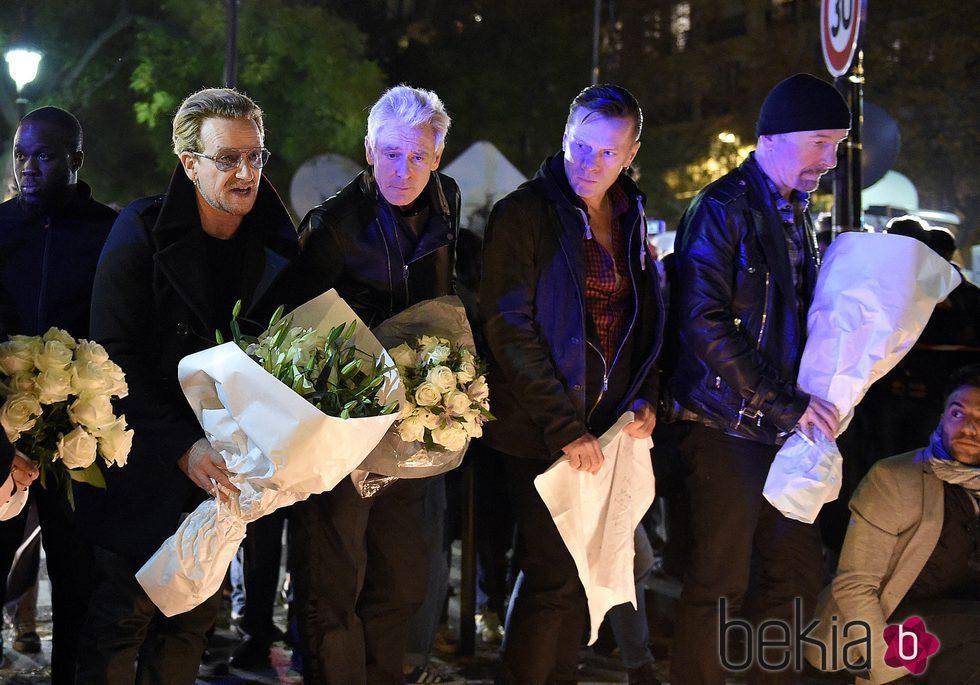 Bono, The Edge y Adam Clayton rinden homenaje a las víctimas del atentado de la Sala Bataclán de París