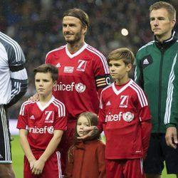 David Beckham junto a sus hijos Romeo, Cruz y Harper antes de comenzar el encuentro solidario