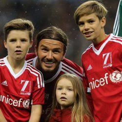David Beckham con Romeo, Cruz y Harper Seven muy sonrientes antes del encuentro solidario