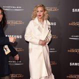 Jennifer Lawrence luce un pasador con los colores de la bandera francesa en honor a las víctimas