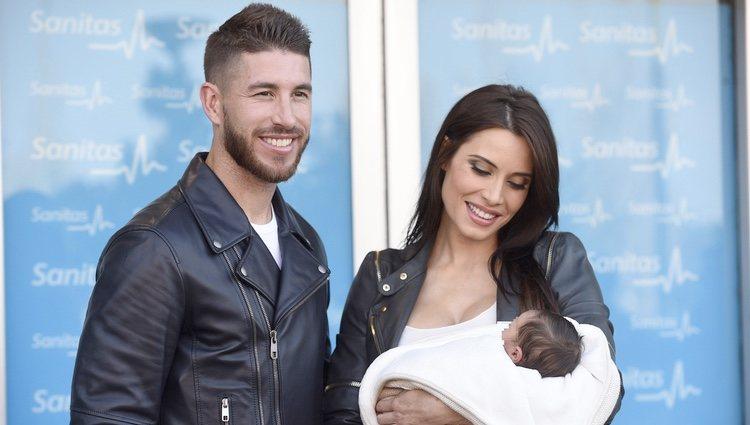 Pilar Rubio mira embelesada a su hijo Marco junto a Sergio Ramos en su presentación