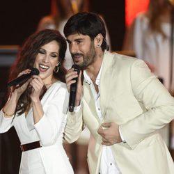 Malú y Melendi cantando en la gala Persona del Año 2015