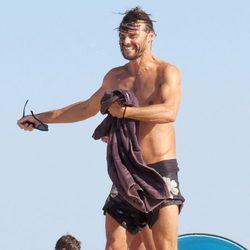Iván Sánchez luce cuerpo en bañador