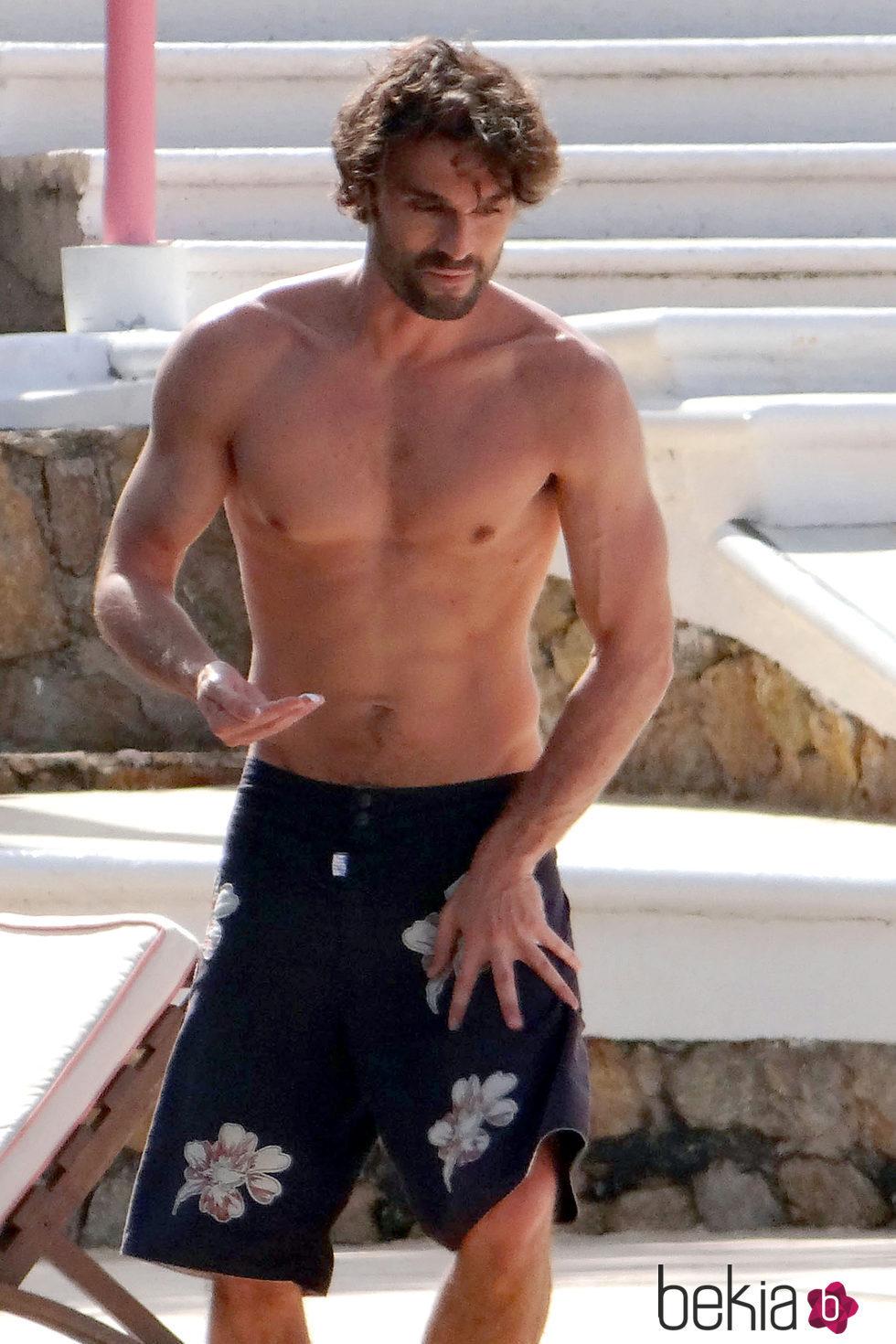 Iván Sánchez con el torso desnudo