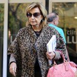 María Teresa Campos saliendo de una clínica de Madrid
