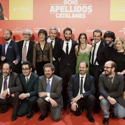 El equipo artístico de 'Ocho Apellidos Catalanes' en la premiere de Madrid junto a Paolo Vasile