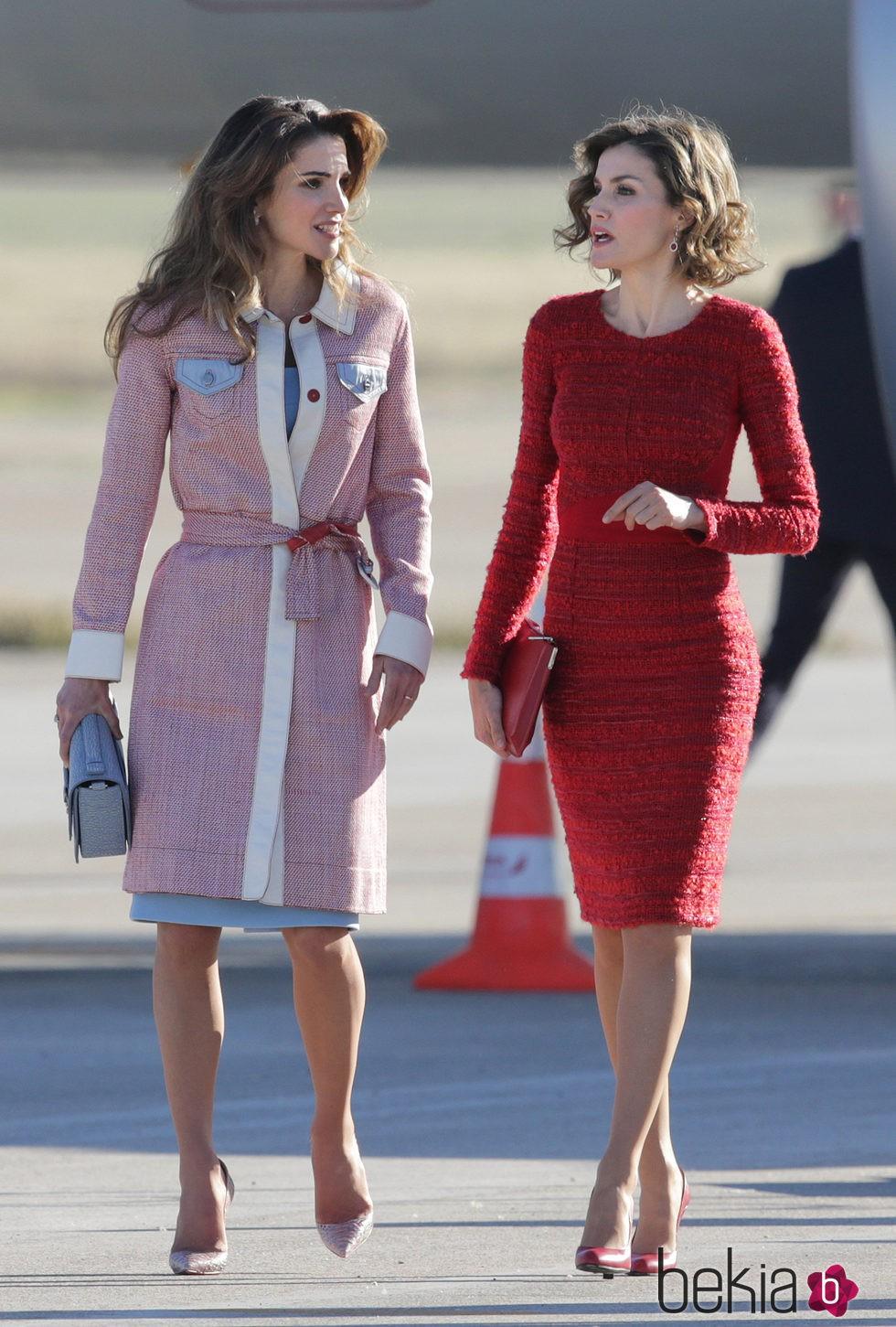 Rania de Jordania y la Reina Letizia charlan en aeropuerto de Madrid