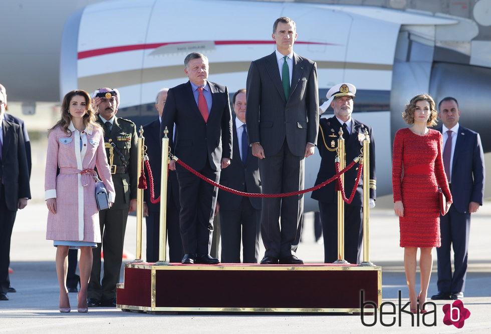 Los Reyes Felipe y Letizia reciben a Abdalá y Rania de Jordania en el aeropuerto de Madrid