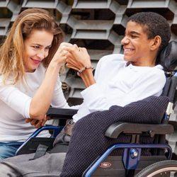 Silvia Abascal posa junto a un niño con discapacidad para el calendario solidario del Hospital San Rafael 2016