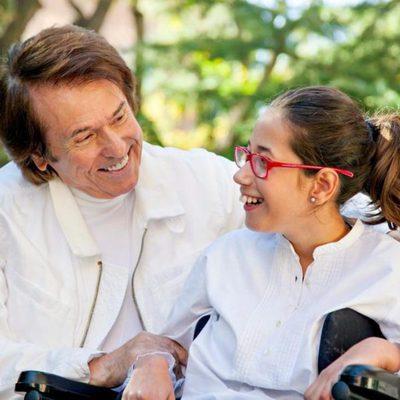 Raphael posa junto a una niña con discapacidad para el calendario del Hospital San Rafael 2016