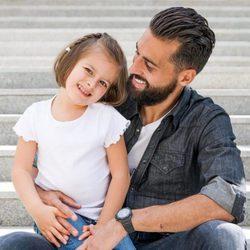 Álvaro Arbeloa posa junto a una niña con discapacidad para el calendario del Hospital San Rafael 2016