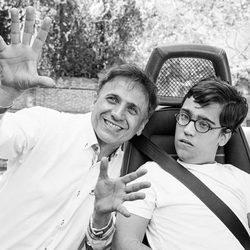 José Mota posa junto a un niño con discapacidad para el calendario del Hospital San Rafael 2016