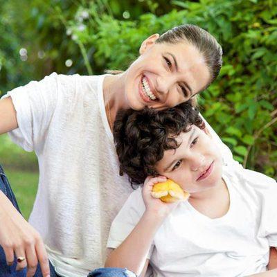 Laura Sánchez posa junto a un niño con discapacidad para el calendario del Hospital San Rafael 2016