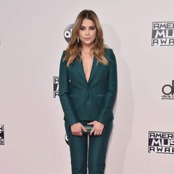 Ashley Benson en los American Music Awards 2015