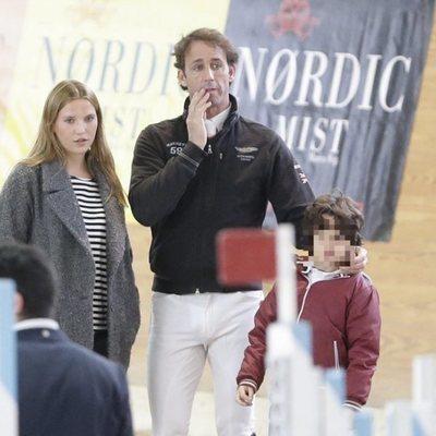 Álvaro Muñoz Escassi con sus hijos Ana Barrachina y Álvaro disfrutando de un día de hípica