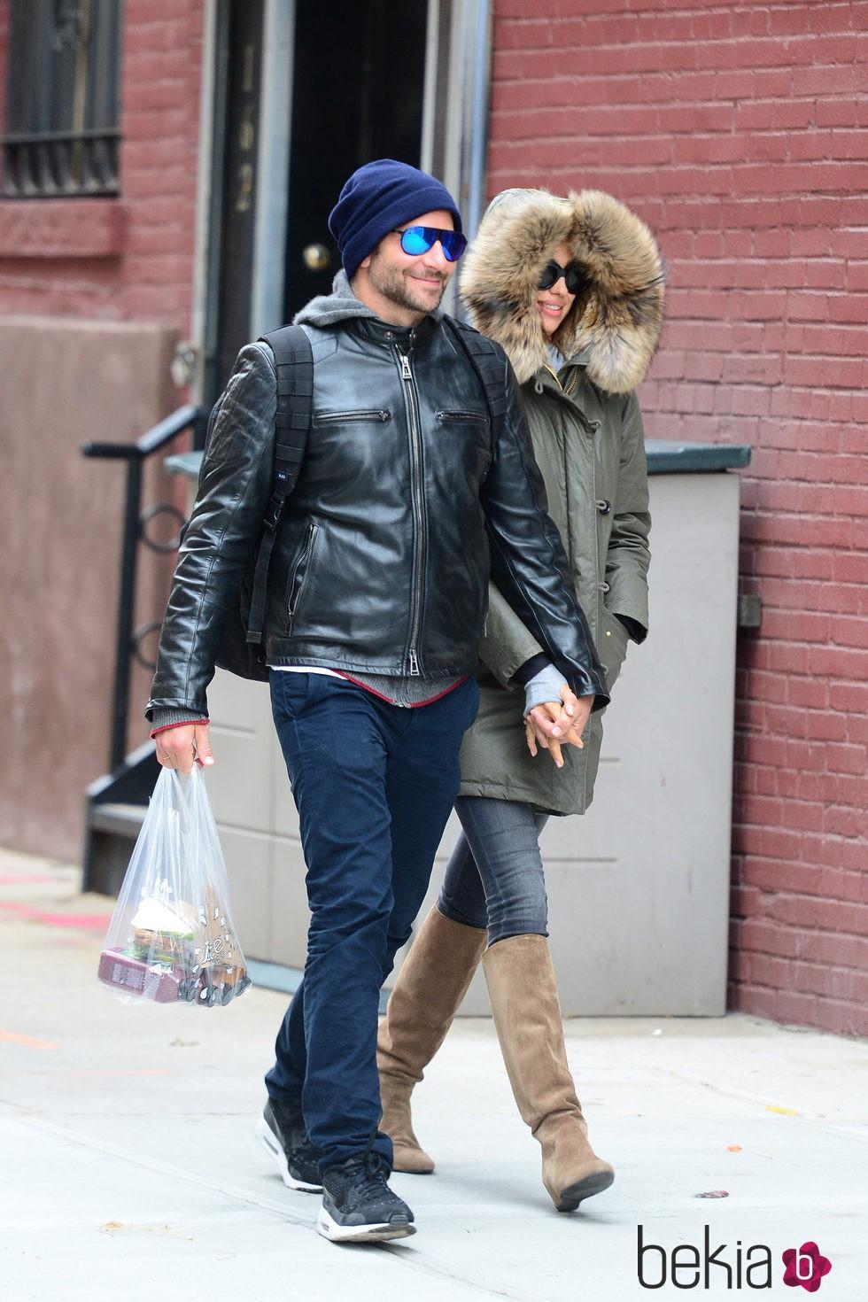 Irina Shayk y Bradley Cooper paseando cogidos de la mano por Nueva York