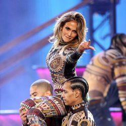 Jennifer Lopez durante su actuación en los American Music Awards 2015