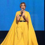 Jennifer Lopez con un vestido amarillo en los American Music Awards 2015