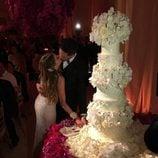 Sofía Vergara y Joe Manganiello besándose antes de cortar su tarta nupcial