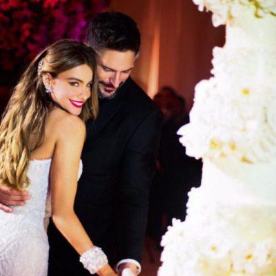 Sofía Vergara y Joe Manganiello cortando la llamativa tarta nupcial el día de su boda