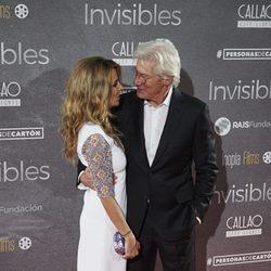 Richard Gere y Alejandra Silva mirándose en el estreno de 'Invisibles' en Madrid