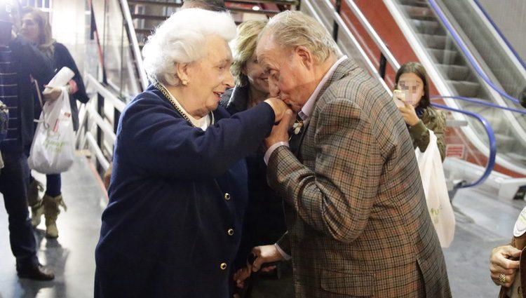 El Rey Juan Carlos besa a la Infanta Pilar en el Rastrillo 2015