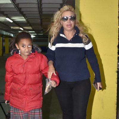 Raquel Mosquera junto a su hija Raquel de camino a casa