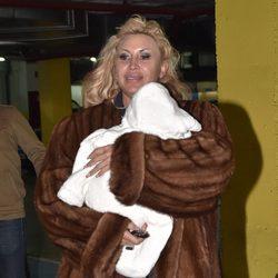 Raquel Mosquera con su hijo Romeo de camino a casa