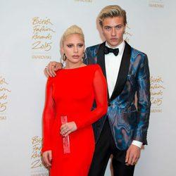 Lady Gaga y Lucky Blue con el galardón de los British Fashion Awards 2015
