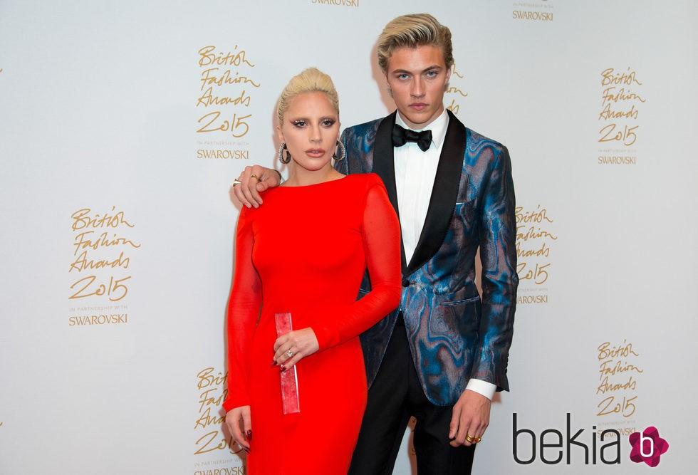 Lady Gaga y Lucky Blue con el galardón de los British Fashion Awards 2015