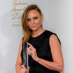 Stella McCartney con su galardón en los British Fashion Awards 2015