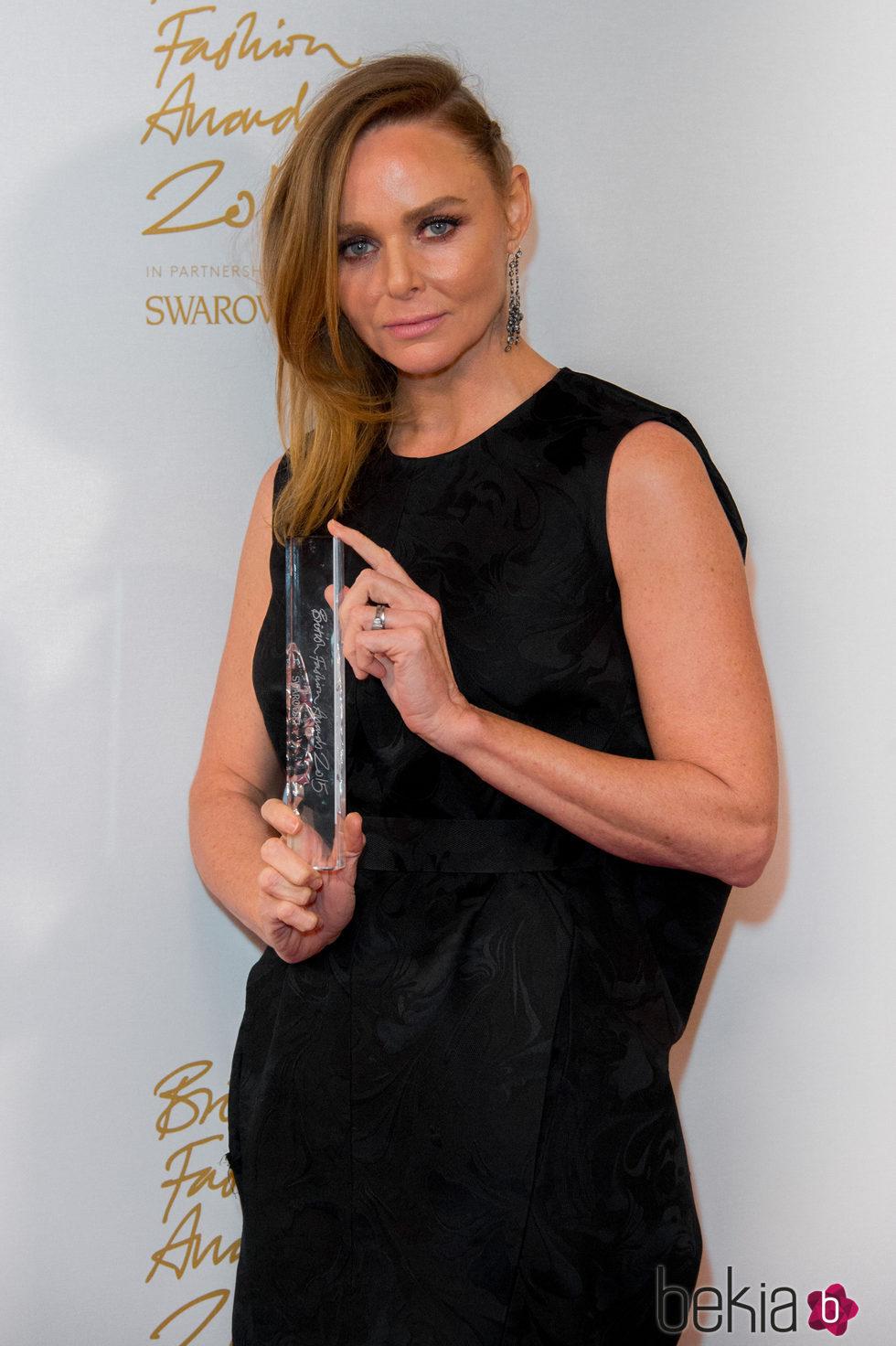 Stella McCartney con su galardón en los British Fashion Awards 2015