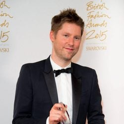 Christopher Bailey con su galardón en los British Fashion Awards 2015