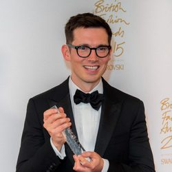 Erdem con su galardón en los British Fashion Awards 2015