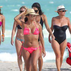 Eva Longoria pasa un día de playa en Miami con sus amigas
