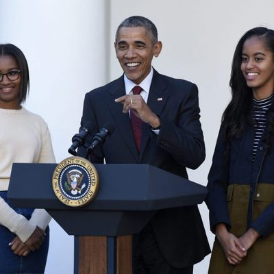 Barack Obama junto a sus hijas Sasha y Malia en el indulto a un pavo