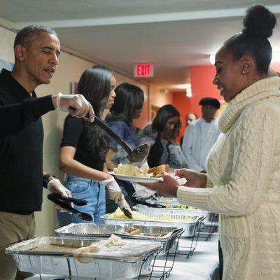 Barack Obama y su familia colaboran en un comedor social por el día de Acción de Gracias