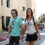 Fernando Alonso y Lara Álvarez paseando su amor por Abu Dhabi
