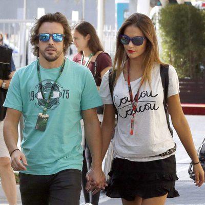 Lara Álvarez junto a Fernando Alonso paseando por las calles de Abu Dhabi