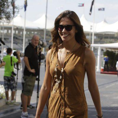 Lara Álvarez paseando por el paddock del GP de Abu Dabi 2015