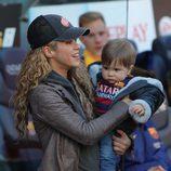Shakira con su hijo Sasha en el Camp Nou para animar a Piqué