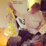 Tania Llasera rodeada de regalos en su baby shower