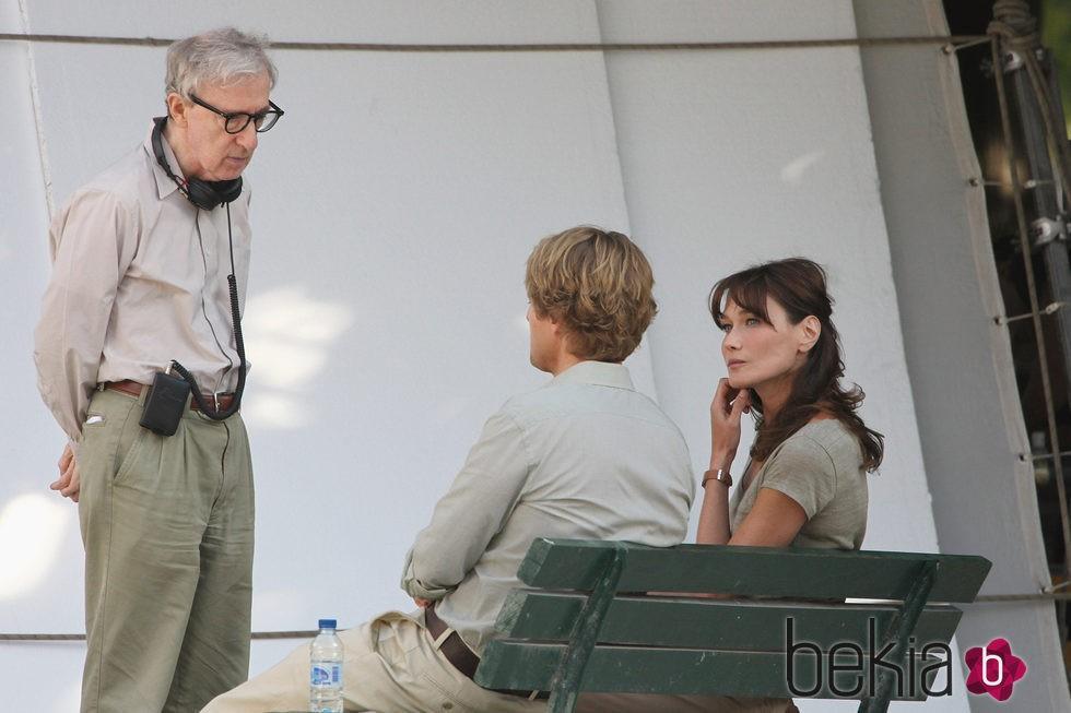 Woody Allen, Owen Wilson y Carla Bruni en el rodaje de 'Midnight in Paris'