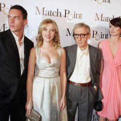 Jonathan Rhys-Meyers, Scarlett Johansson, Woody Allen y Emily Mortimer en el estreno de 'Match Point'
