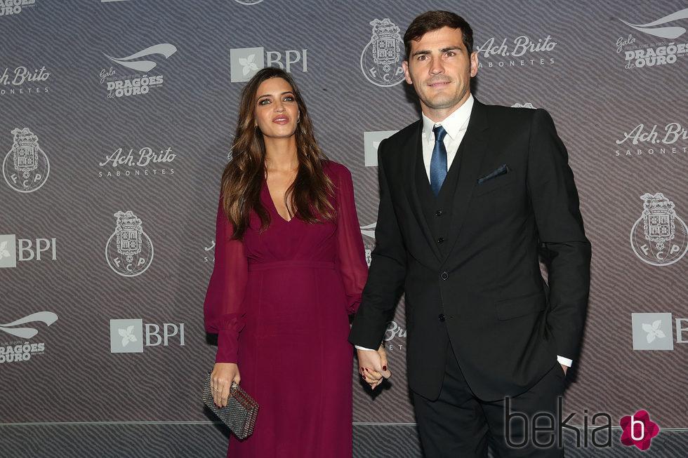 Iker Casillas y Sara Carbonero en la entrega de los Premios Dragones de Oro 2015
