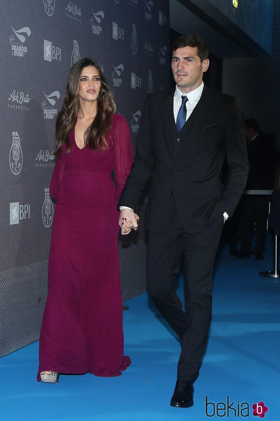 Iker Casillas y Sara Carbonero cogidos de la mano en los Premios Dragones de Oro 2015