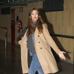 Jessica Bueno muy enfadada con la prensa en el aeropuerto de Sevilla
