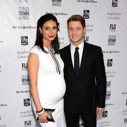Morena Baccarin presume de embarazo con Ben McKenzie en los Premios Gotham 2015